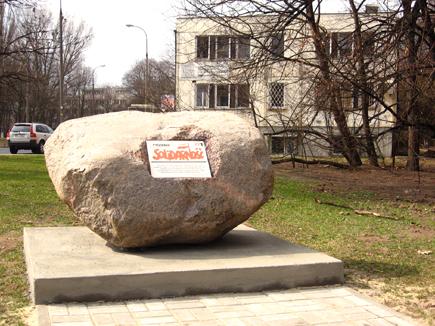 Kamień przed dawną siedzibą TS